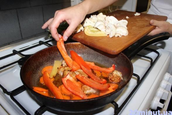 Коли морква зм'якне, додати нарізані гриби, перець цвітну капусту і кабачок