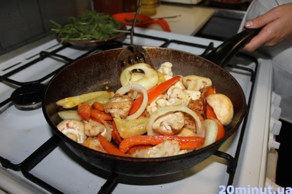 Викласти до напівготових овочів тушковану свинину, ковбаски і картоплю