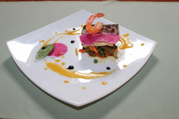 Викласти на тарілку овочевий мікс, зверху — рибне філе і креветку, полити соусом