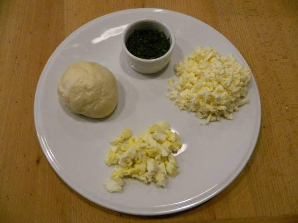 Замісити тісто, зварити яйце, подрібнити бринзу, посікти кріп