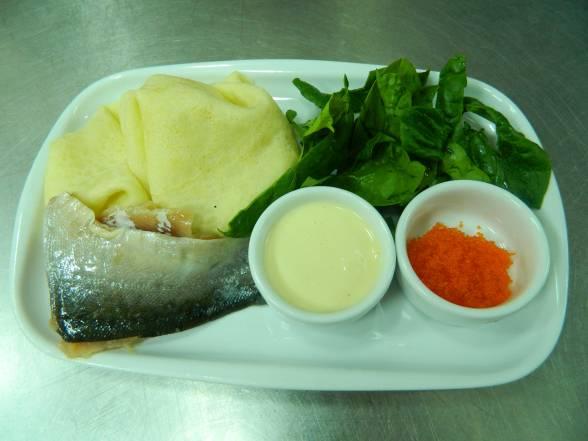 Підготувати усі продукти для млинців з лососем та шпинатом