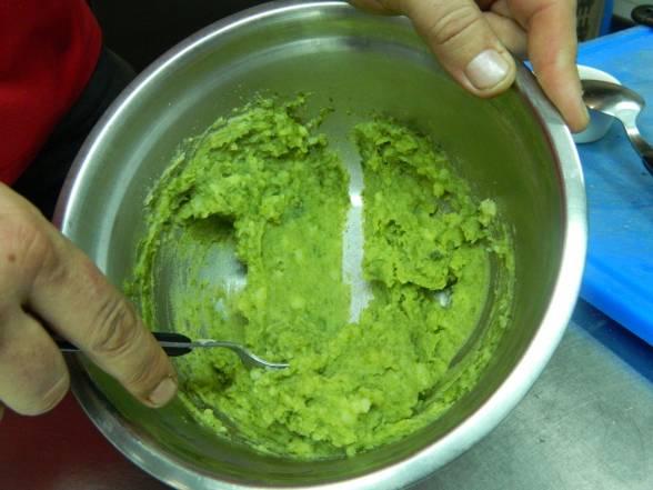 Зварити картопляне пюре, збити у блендері шпинат, додати з маслом до пюре