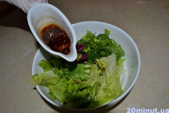Викласти гіркою листя салату, полити його запракою, не вимішувати