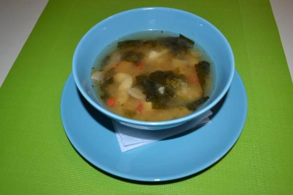 У кінці додати сушені водорості, за 3-4 хвилини зняти суп з вогню