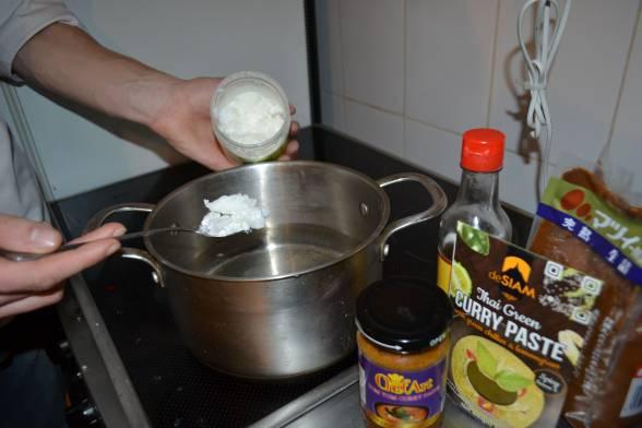 Додати до бульйону кокосове молоко, перець чилі, рибний соус, пасти