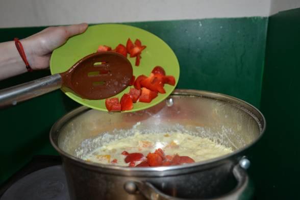 Додати кубики болгарського перцю, варити ще протягом п'яти хвилин