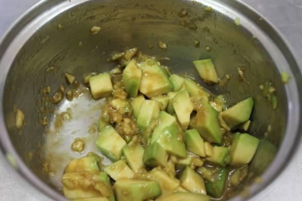 Нарізане авокадо замаринувати
