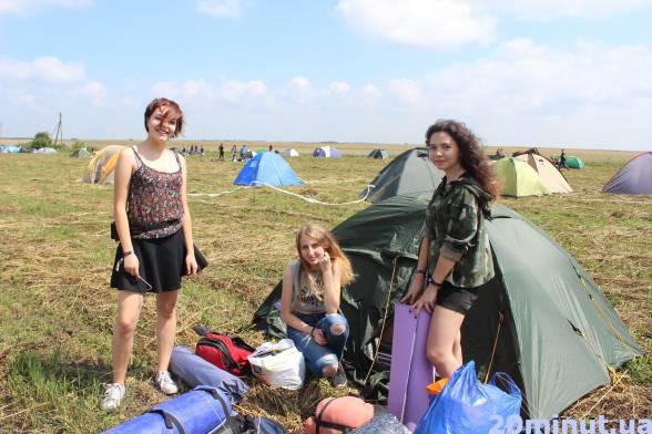 """17-річні тернополянки Марта, Даша та Юля приїхали на фестиваль, щоб послухати гурти """"Один в каное"""" та """" Карну"""", а також просто весело провести час. Дівчата житимуть чотири дня у наметах."""