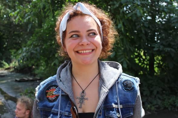 """Софія Борецька з Кам'янець-Подільського на фестивалі очікує побачити усіх своїх знайомих та познайомитись з цікавими людьми. У фестивалі для неї головне - свобода. Дівчина розповідає, що вона робила чимало божевільних вчинків, так як любить фестивалити весело. Каже, що вона навіть часто """"слемиться"""" з хлопцями."""