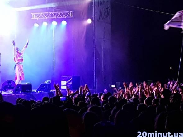 """Учасники гурту """"Хамерман знищує віруси"""" під час нічного виступу передали привіт франківчанам і меру Івано-Франківська. Також музиканти подякували тернополянам за відкритість та круту атмосферу."""