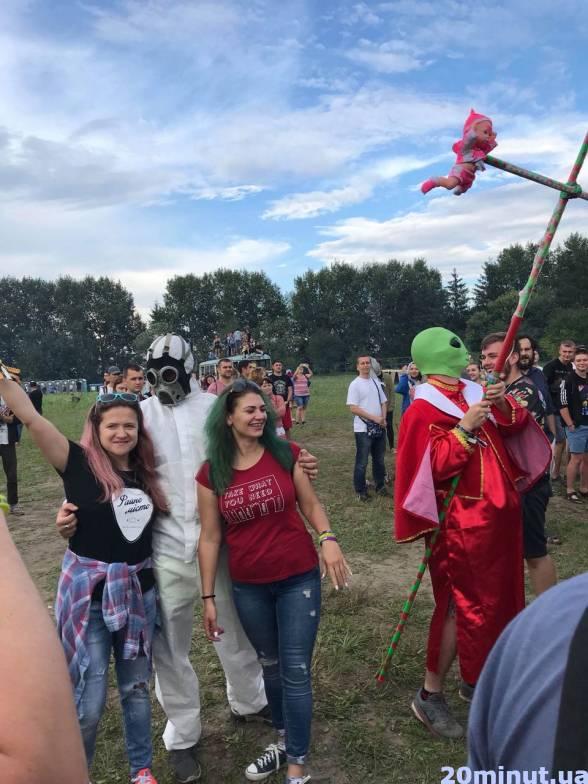 Інопланетянин з примотаними до хреста ляльками  розгулював біля DARK STAGE. Фото з ним прикрасило не одну сторінку в соцмережах.