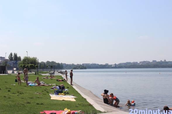 Тернополяни рятуються від спеки у Тернопільському озері