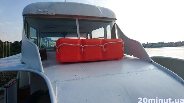 Оновили рятувальні засоби. Окрім жилетів на судні тепер є ще рятувальний пліт. У випадку, якщо щось трапиться, то в цей рятувальний засіб поміститься 8 осіб