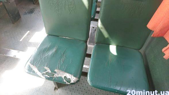 Сидіння у тернопільських маршрутках буває різним: подертим, обписаним, м'яким, твердим. Або взагалі виламаним. Деякі перевізники намагаються пошкодженні сидіння приводити в порядок і роблять на них своєрідні чохли.