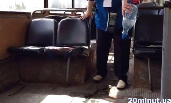"""На запитання чому кондуктори у тролейбусах поливають підлогу із плашки, директор КП """"Тернопільелектротранс"""" запитав у журналістки чи є кондиціонер у неї вдома"""
