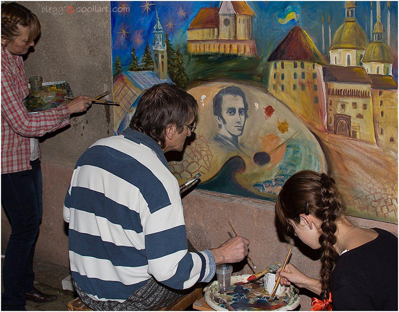 Як відомо, колективна творчість мас здатна творити дива. Згадаймо, наприклад, Кукриніксів, Бойля-Маріотта чи монументальну секцію Спілки художників СРСР… Бережанські художники пішли ще далі – дозволили брати участь у створенні наміченого твору всім охочим, без дискримінації за статевою, віковою та расовою ознакою. У результаті багато що довелося, все таки, виправляти і перемальовувати досвідченою рукою майстра. На фото: художник Неділько переробляє портрет Шевченка на аналогічне зображення лідера «Правого сектора» Дмитра Яроша, згідно із заздалегідь затвердженим ескізом