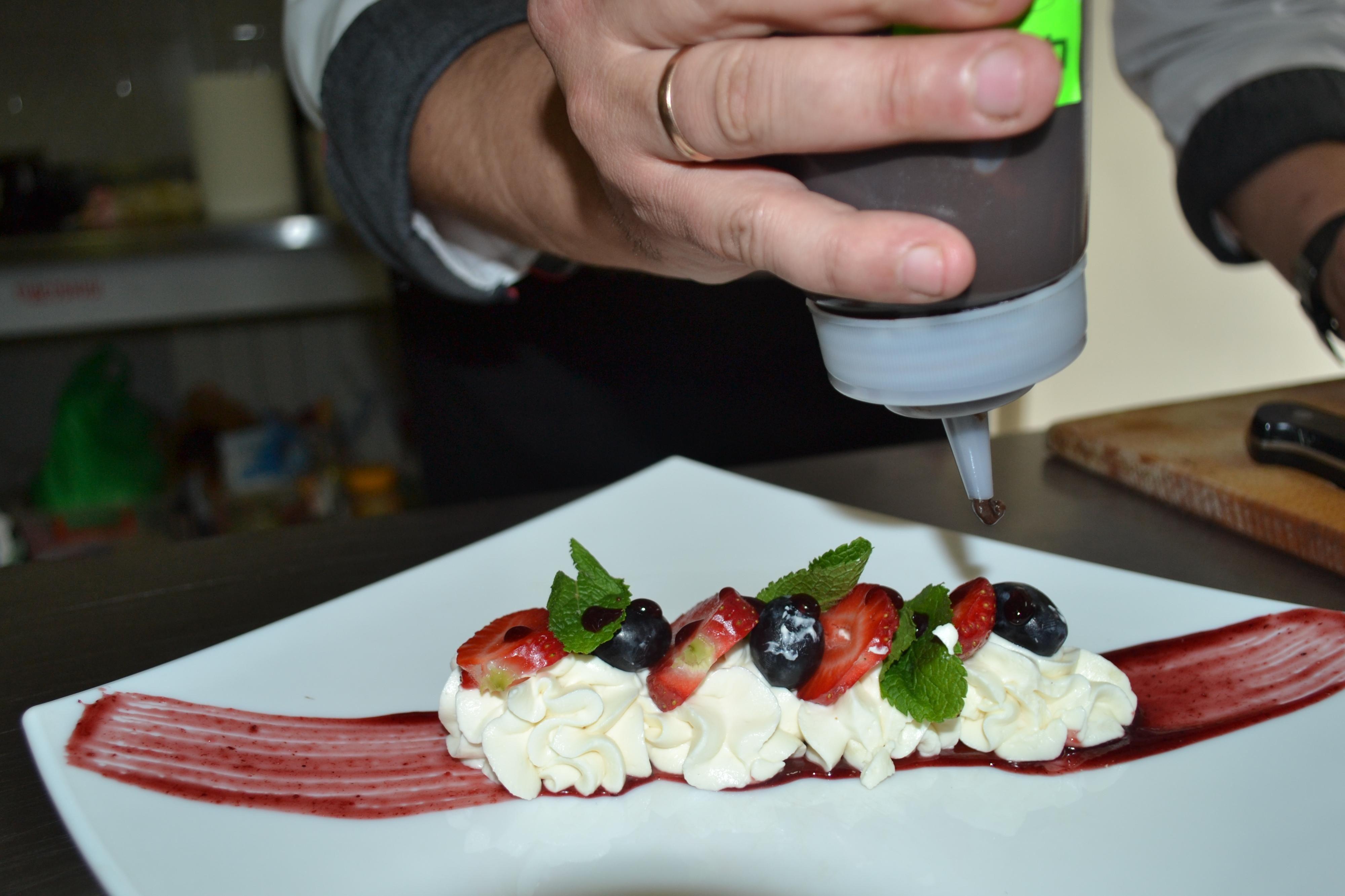 Покласти плівку у холодильник на 15 хв., викласти на тарілку вершки і фрукти