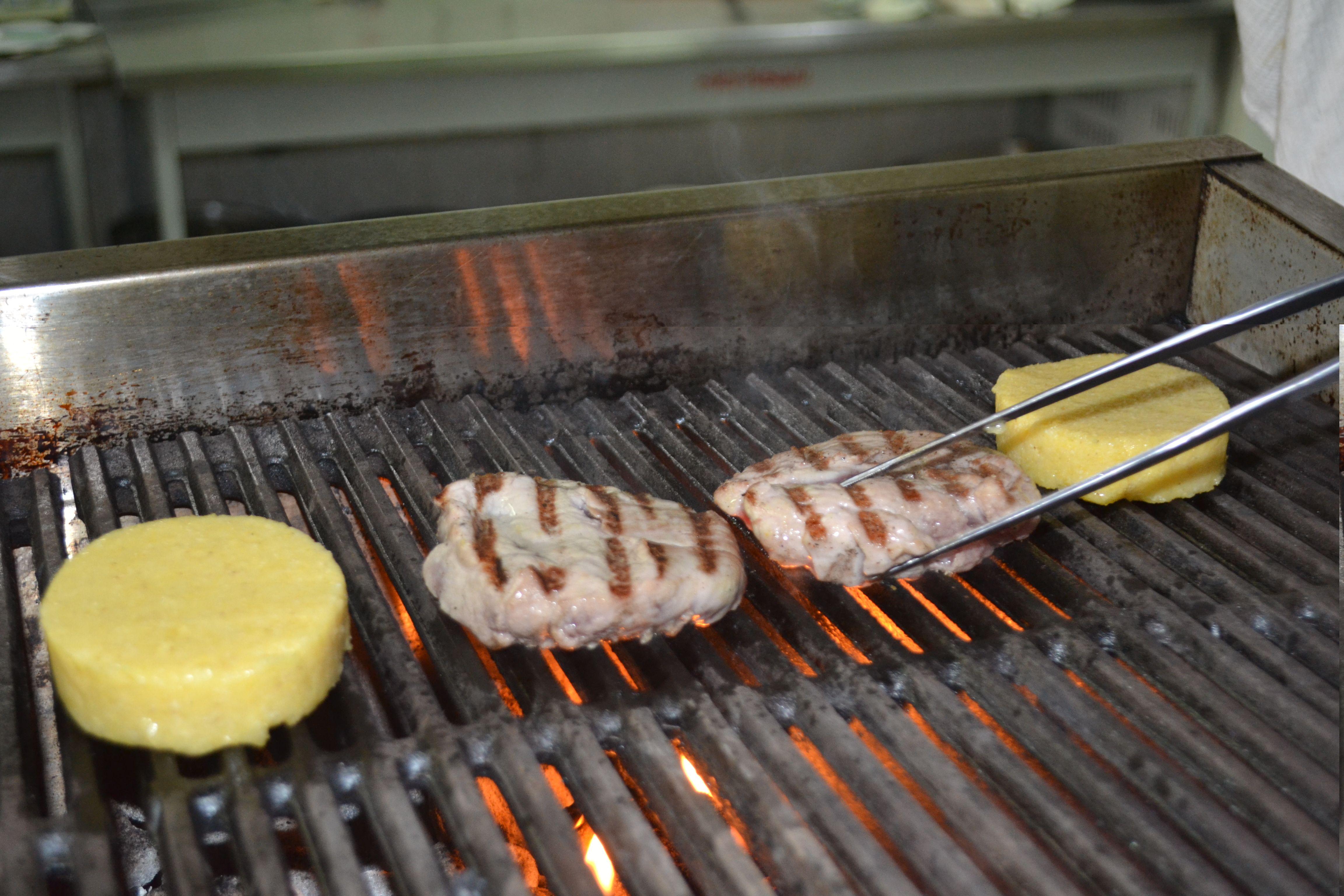 Відрізати від шматка м'яса два стейки, обсмажити на грилі з полентою