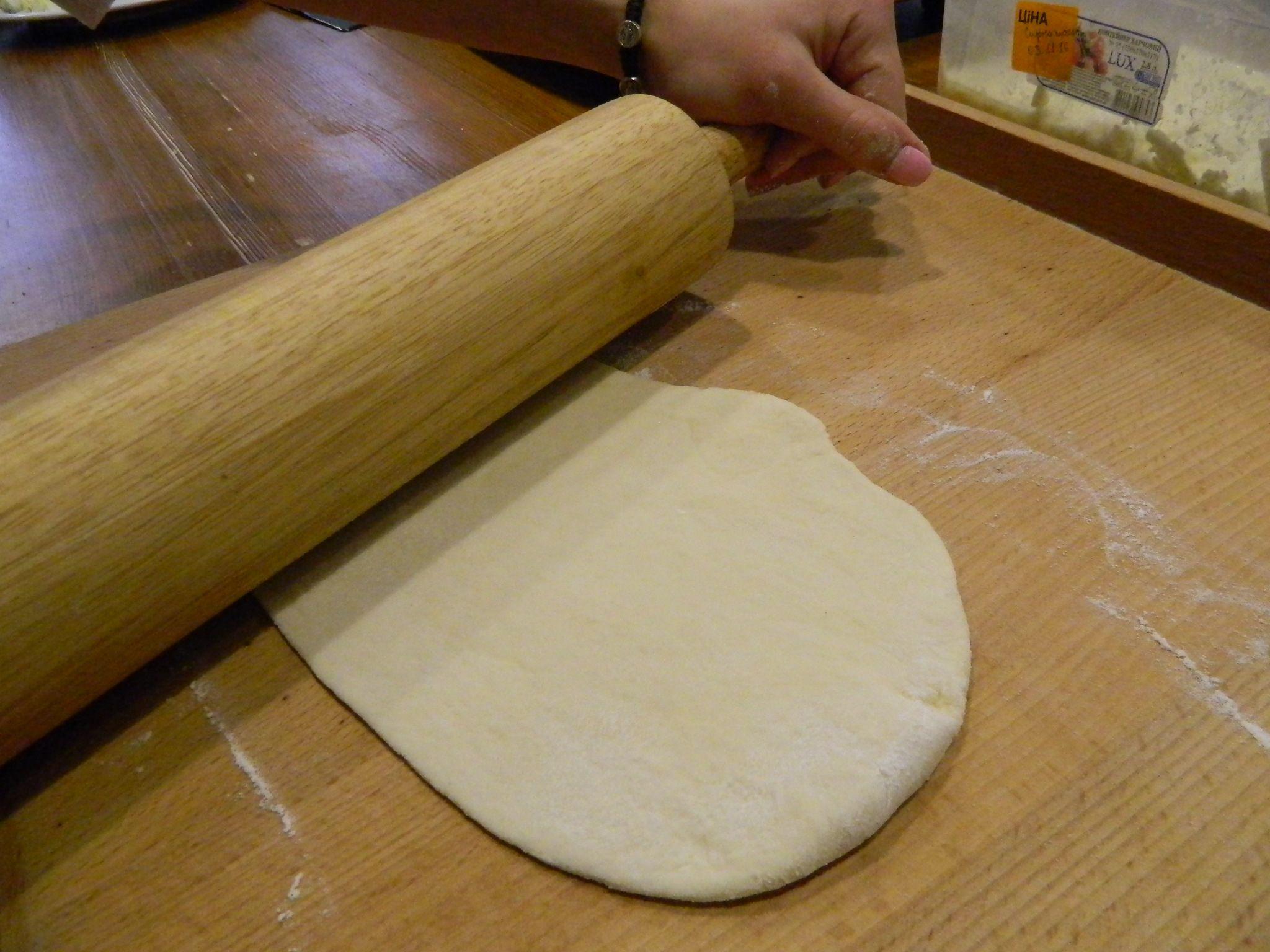 Обкачати кульку тіста у борошні, розкачати паляницю діаметром 10x12 см