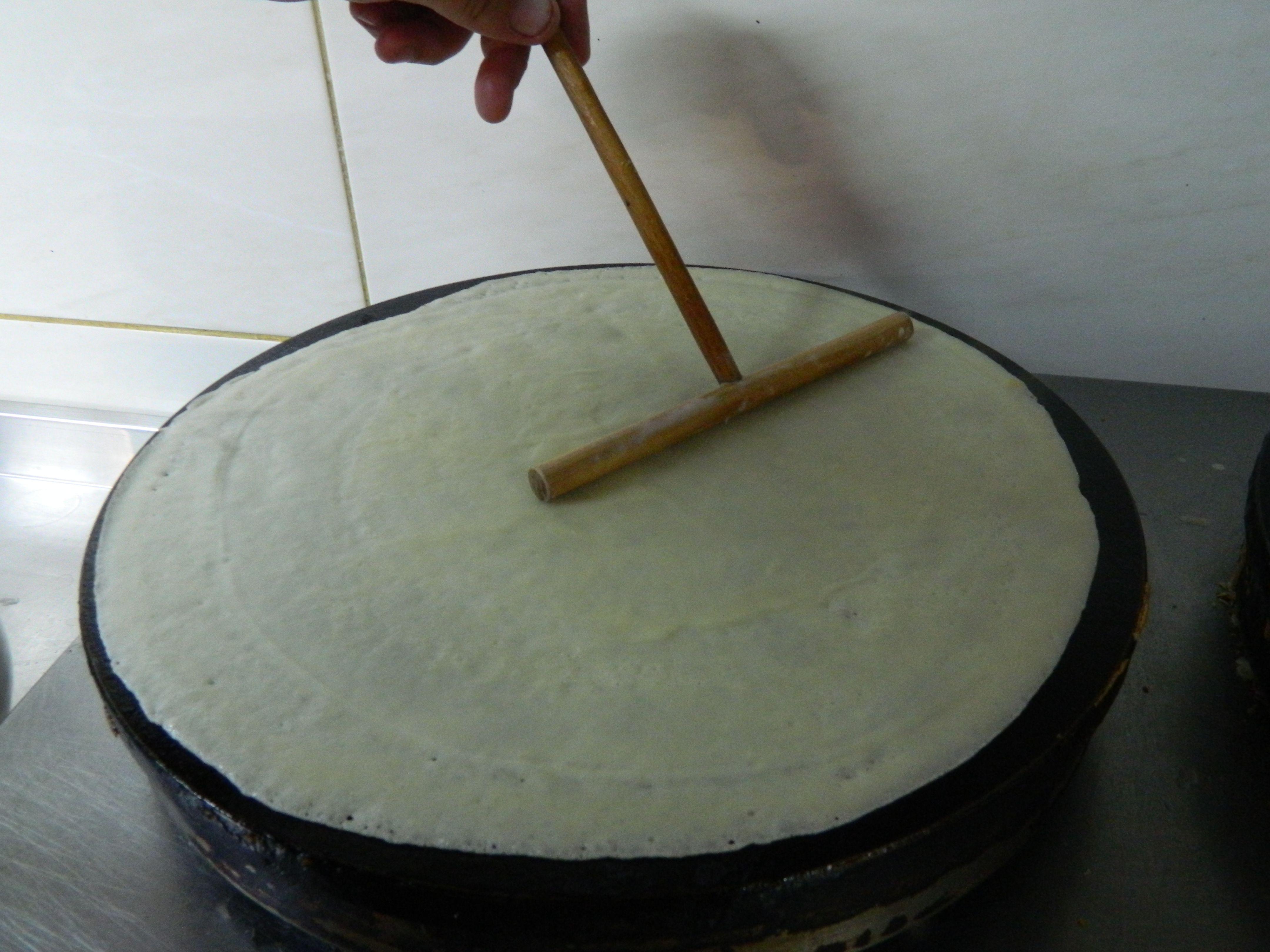 Приготувати рідке несолодке тісто і посмажити тоненький млинець