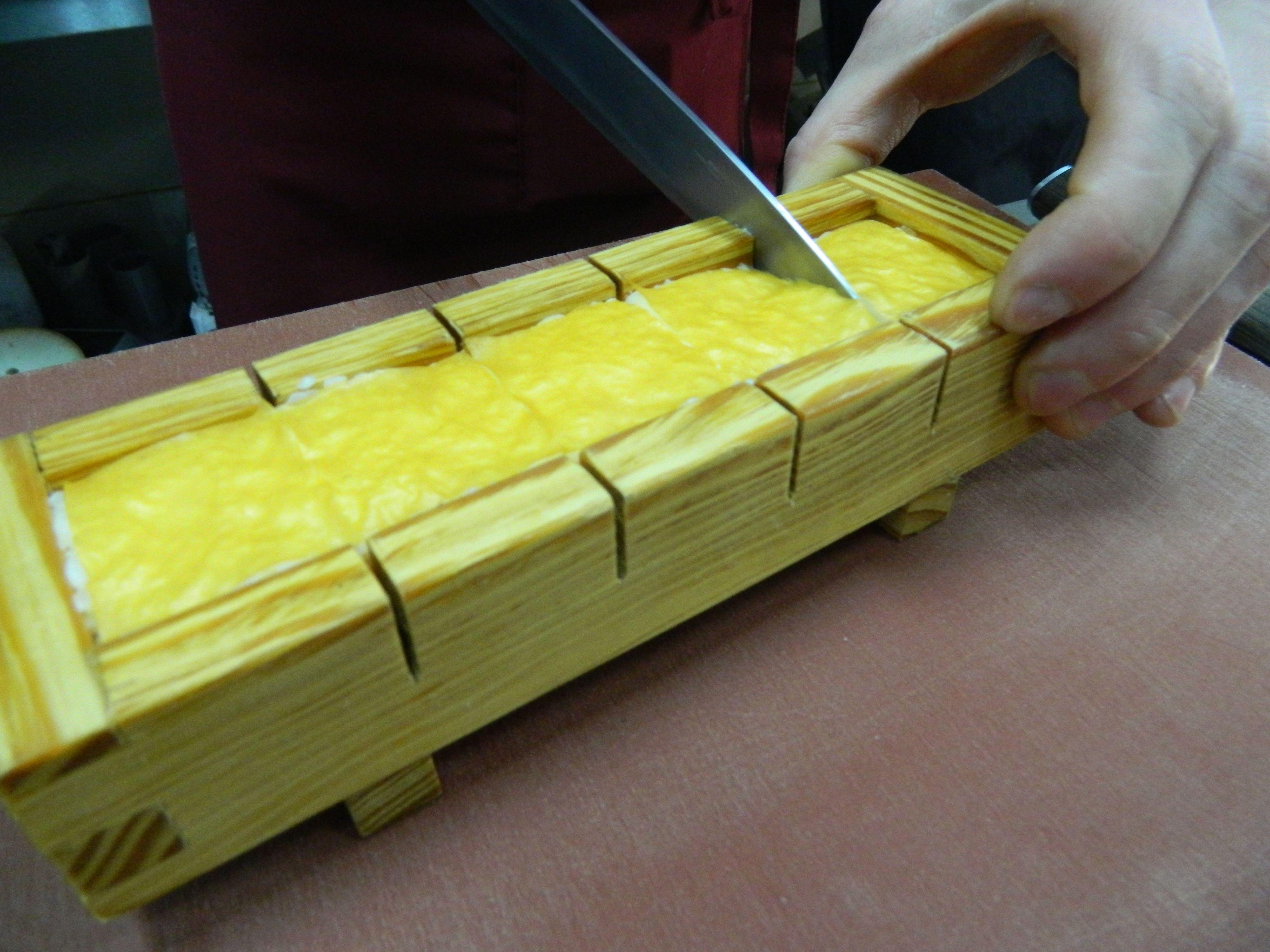 Розрізати рол на п'ять шматків, перед тим намочивши ніж, щоб не прилип до рису