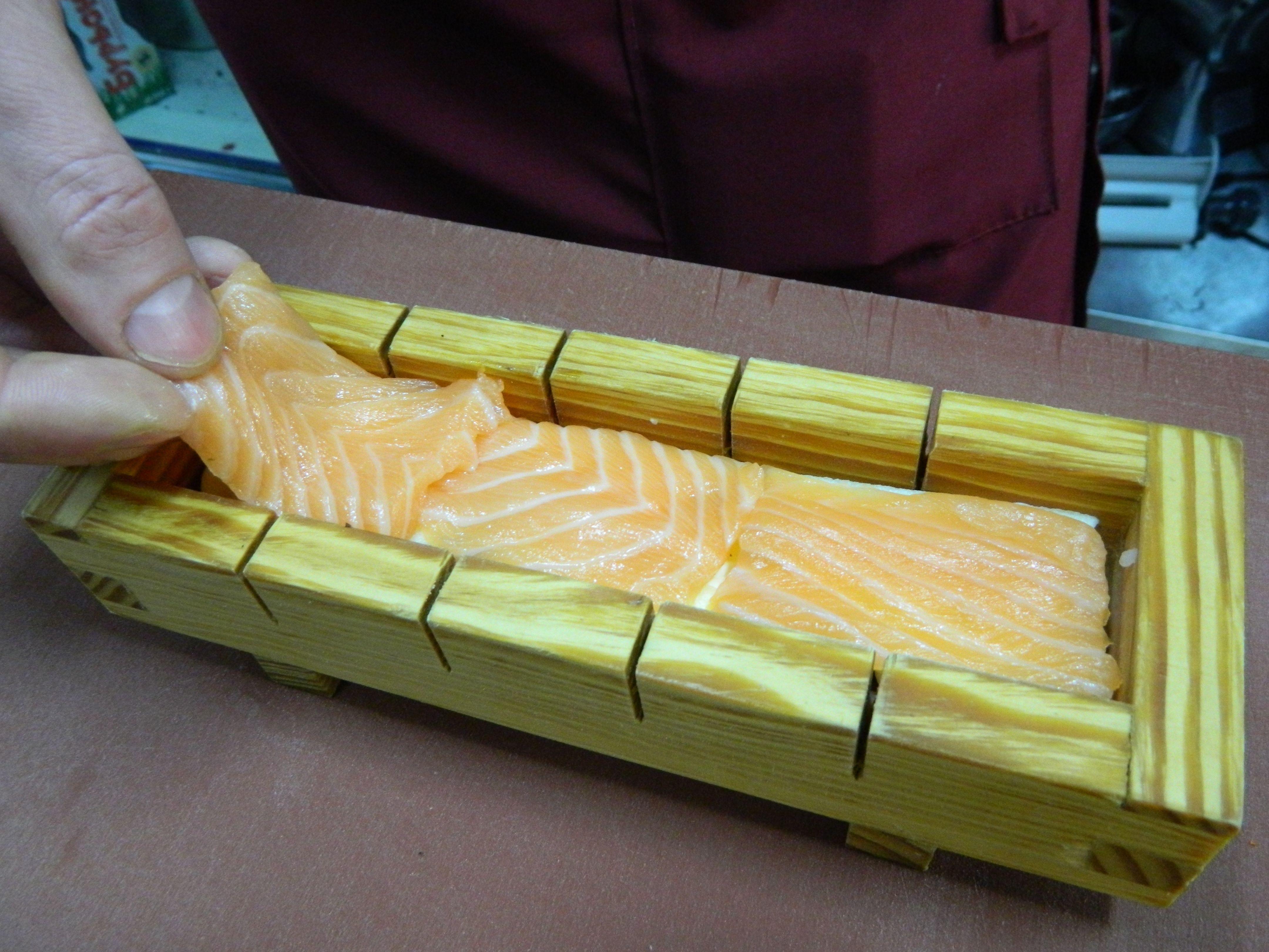 Далі — філе лосося, викласти решту рису, потім — соєвий папір, все втрамбувати