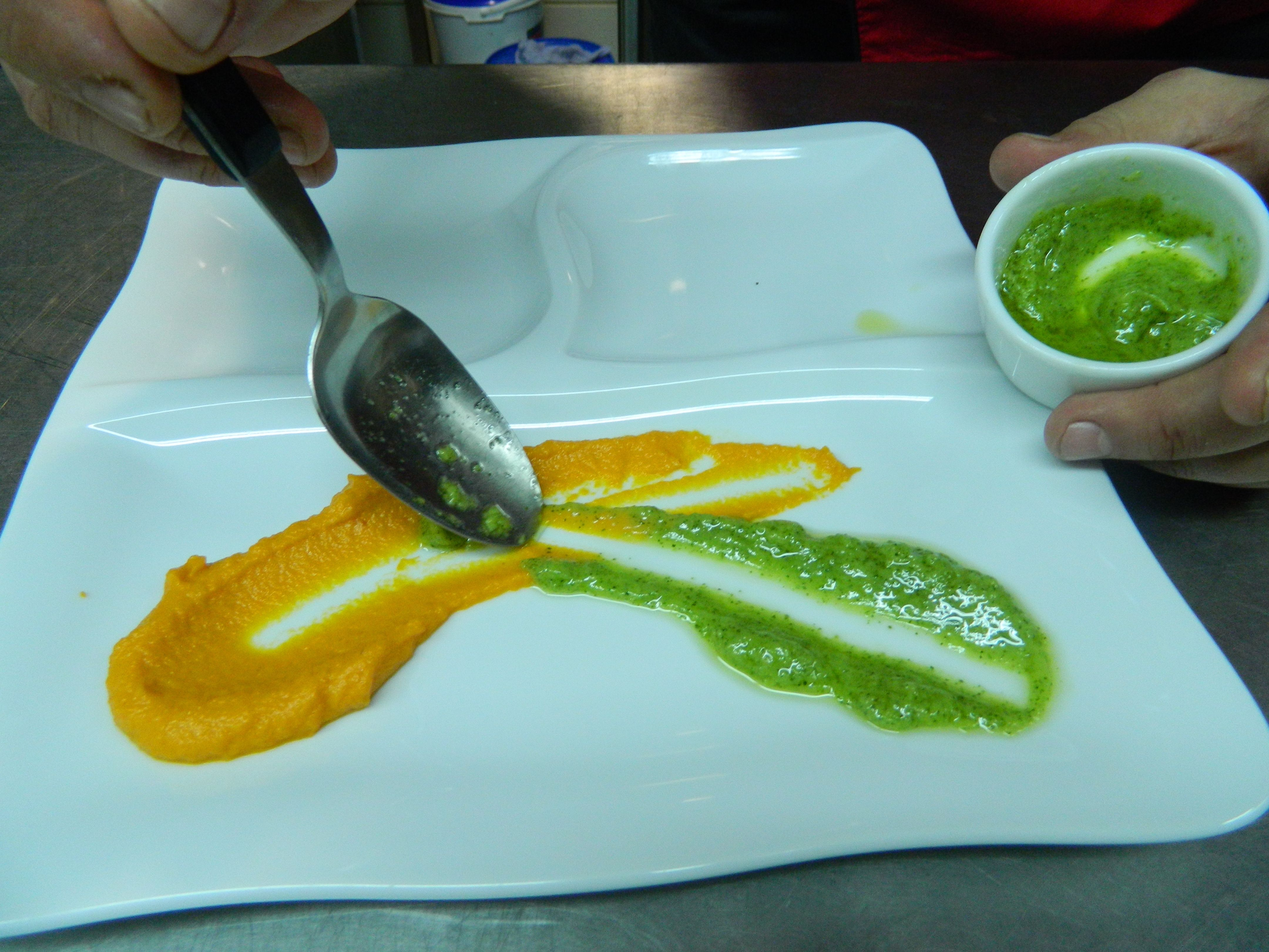 Приготувати соуси — з зелені та вареного гарбуза, декорувати страву