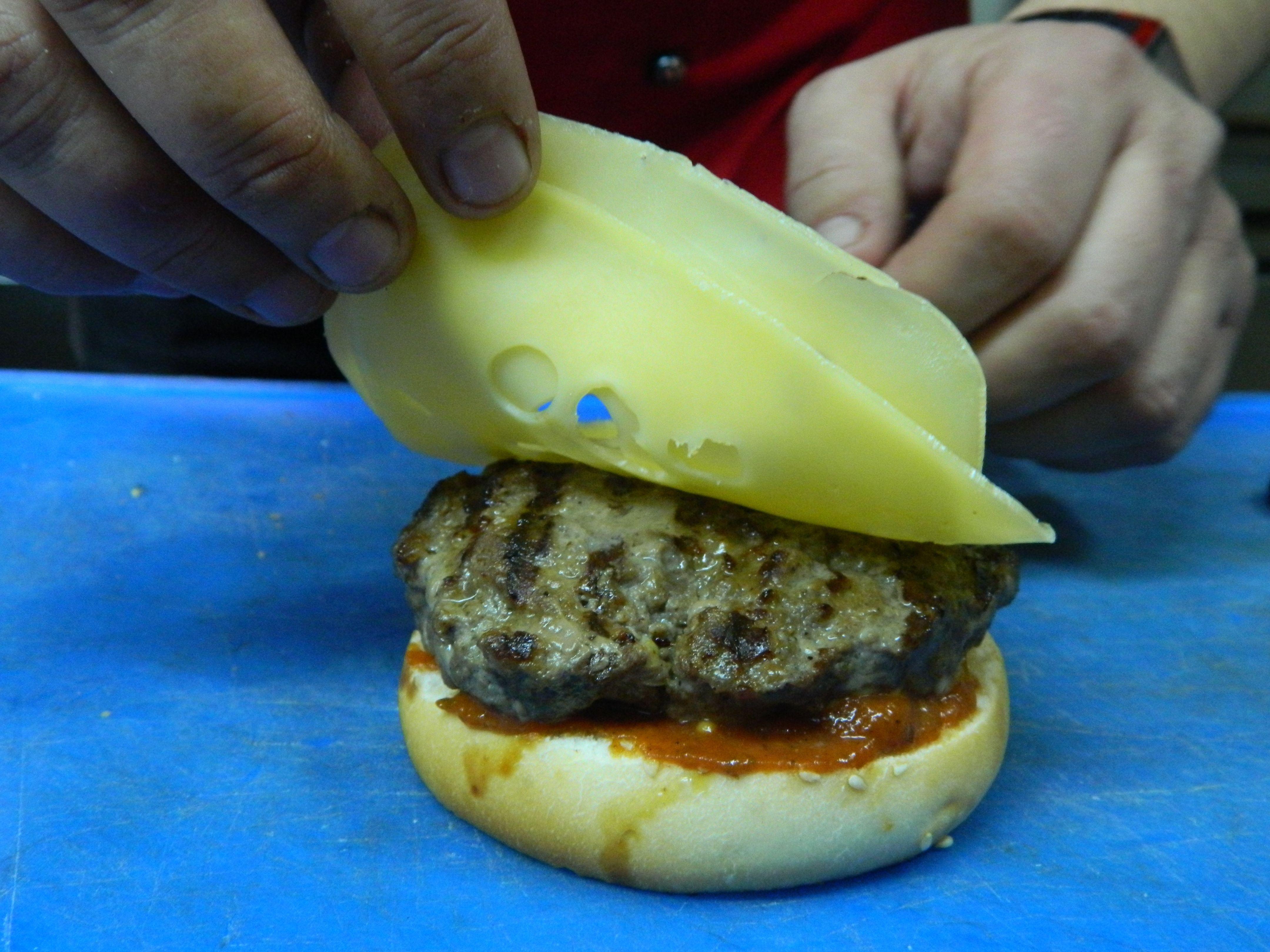 Покласти на булочку котлету, плястерко сиру, розтопити його